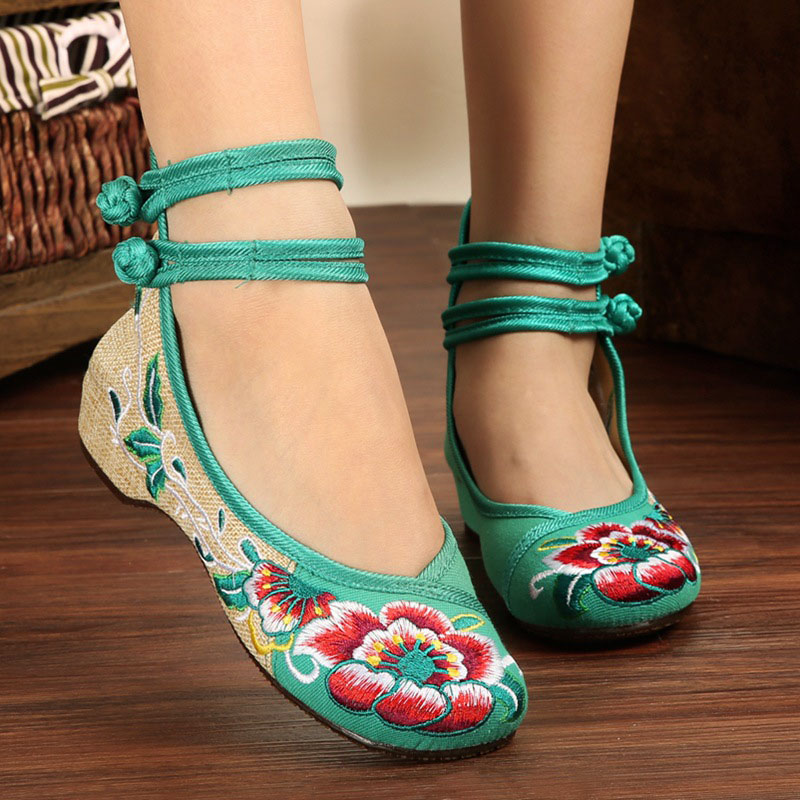 New Arrival New Women's Chinese Old Peking Style Classic Flower Embroidered Casual Shoes Women Flat Shoes women shoes fashion new butterfly chinese traditional style flats flower embroidered casual shoes red green black