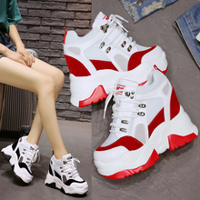 الربيع النساء أحذية رياضية 9 سنتيمتر فائقة عالية الكعب أحذية رياضية مكتنزة أحذية مصعد غير رسمية الصيف شبكة منصة أسافين السيدات المدربين