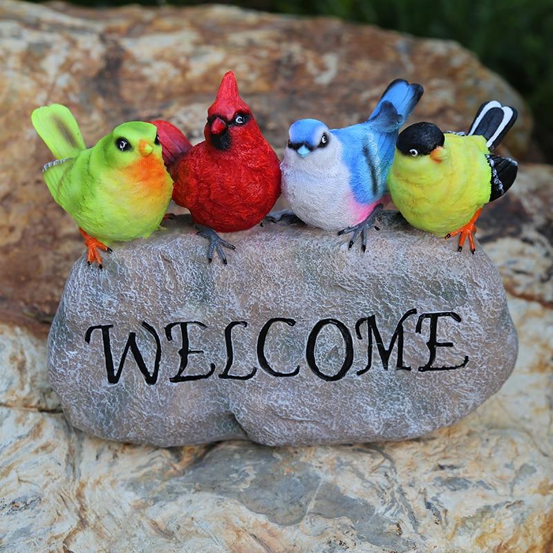 Mignon quatre oiseaux de couleur peints à la main debout sur la pierre de support avec des Plaques de bienvenue signes décoration de jardin en résine