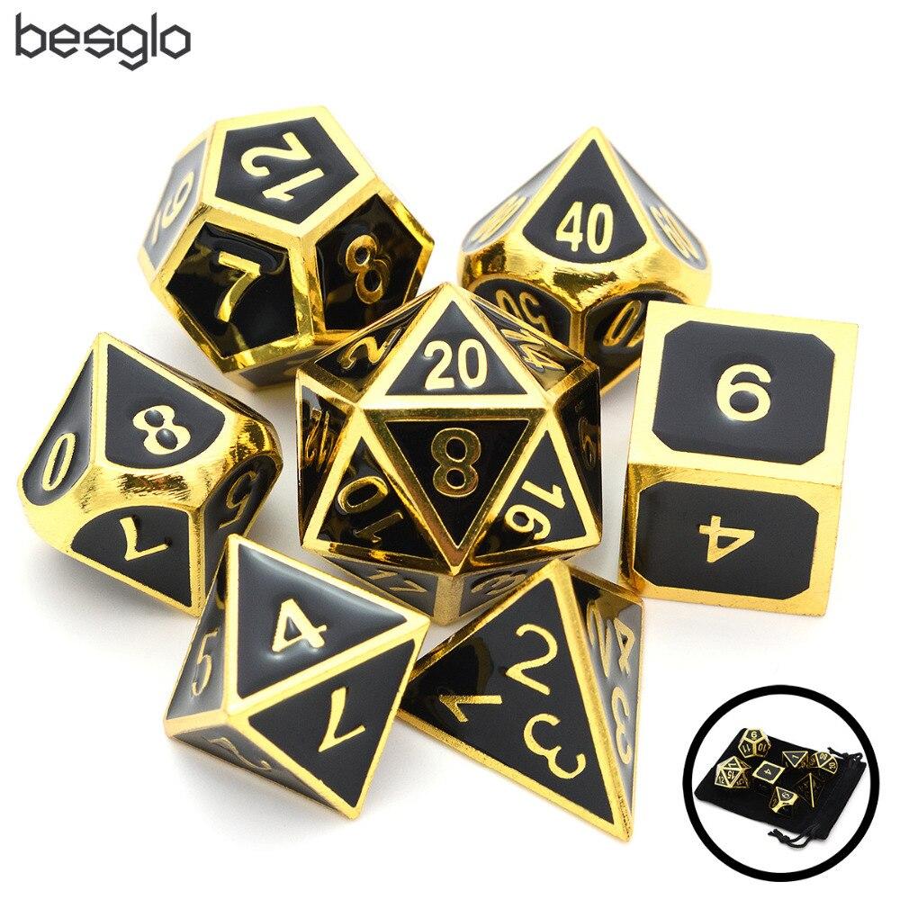 O ouro brilhante com os dados pretos do esmalte do metal d4 d6 d8 d10 d % d12 d20 para o jogo dos dados do rpg das masmorras e dos dragões com cordão livre do malote