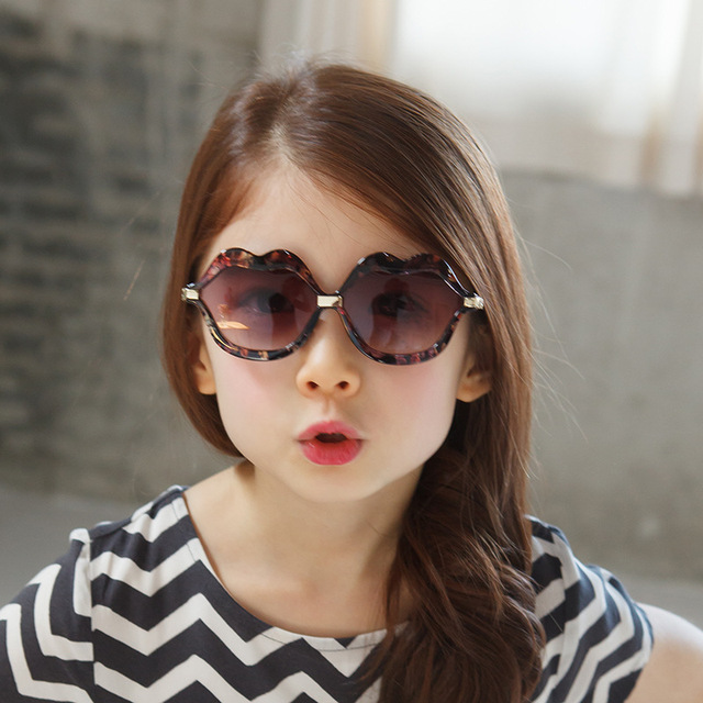 7bfc7b31991711 Lippen Vorm Kind Leuke Zonnebril Kids Meisjes Mooie UV400 Zonnebril Parel  Frame Outdoor Zomer Cool Kinderen