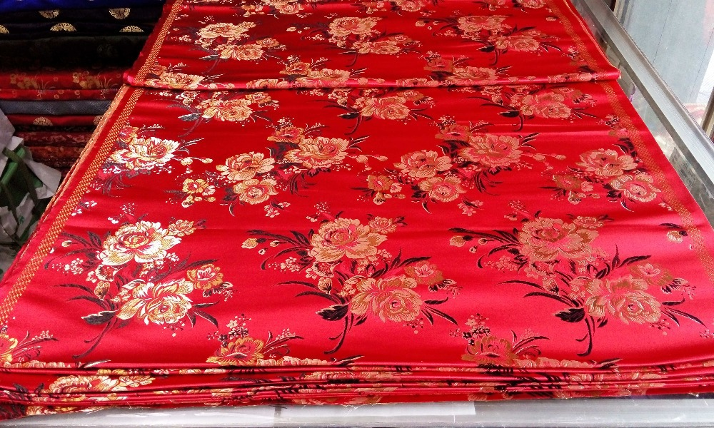 chinesischer traditioneller Seidenbrokat cheongsam 75CM Polyester roter Rücken mit goldenem Pfingstrosenmuster Gobelin Satin