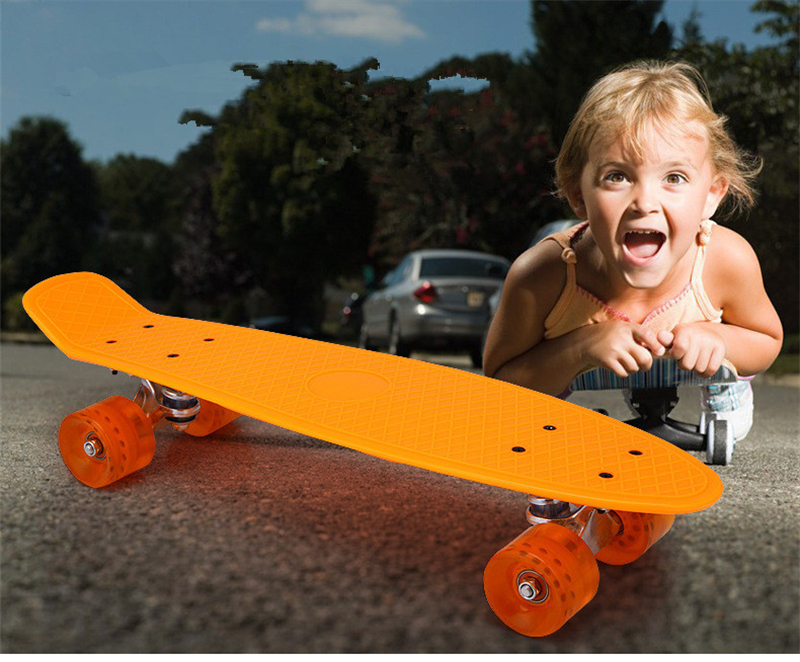 Nouveau Freestyle Cool Mini Cruiser Planche À Roulettes Unique Banana Longboard Enfants Enfants Devenir Déformé Route Sport Skate Board 10 Couleurs