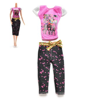 Conjunto de ropa informal con estampado de personaje y letras, camiseta con pantalones Capri y cinturilla con lazo, muñecos