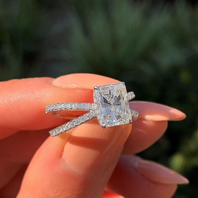 Huitan Classic Romantic Finger Ring With Creative X Shaped Band With Square Cubic Zirconia Stone Wedding Anniversary Ring Band