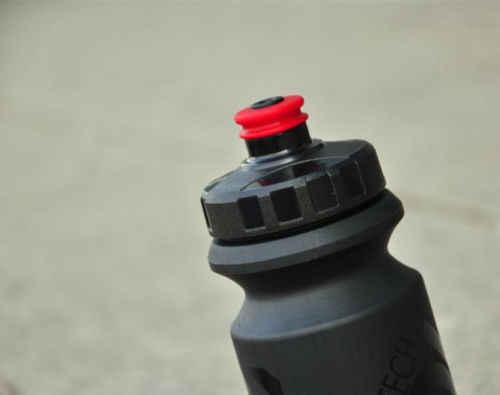 التحكم التقنية فالكون زجاجة ماء للدراجة ، أسود 600 مللي ، 70 جرام ، سباق الطريق خفيفة مانعة للتسرب شرب الرياضة قابل للقفل الفم الدراجات