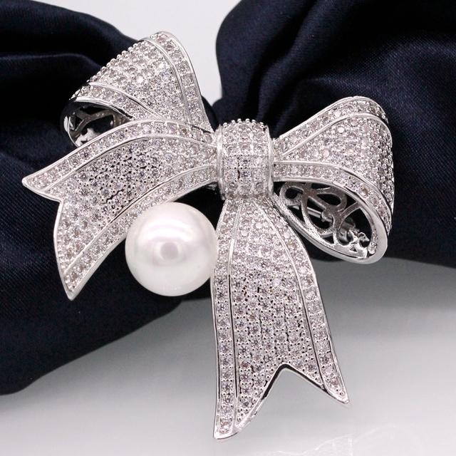 Ouro Pated Jóias da moda Arco Branco Shell Pearl & Zircon Cachecol Roupas Acessórios Broches Pinos Para Presente de Natal Mulheres