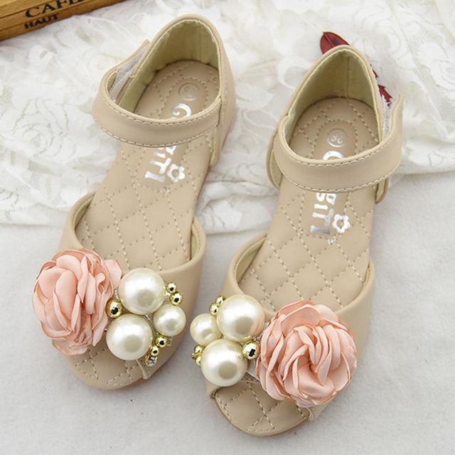 2017 luxo flor meninas sandálias peep toe shoes flor de pérolas de casamento crianças meninas crianças meninas da praia do verão sandálias de dedo aberto