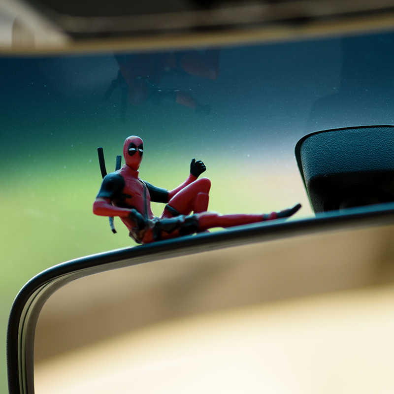Ozdoba samochodu s Deadpool osobowość ozdoba samochodu figurka siedząca Model Anime mała lalka dekoracja samochodu akcesoria samochodowe
