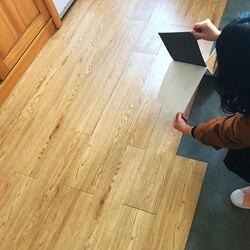 Ahşap tahıl PVC zemin çıkartmaları su geçirmez kendinden yapışkanlı çimento zemin stickerı kalınlaşmış plastik zemin deri ev dekor toptan