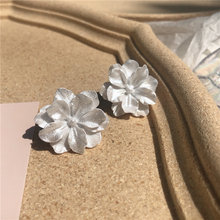 Женские серьги гвоздики с цветком розы белые акриловые для девочек