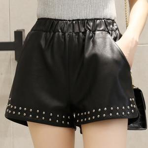 Image 2 - Pantalones cortos de piel sintética con remaches para mujer, pantalones cortos de pierna ancha, informales, con cintura elástica, para otoño e invierno, 2018