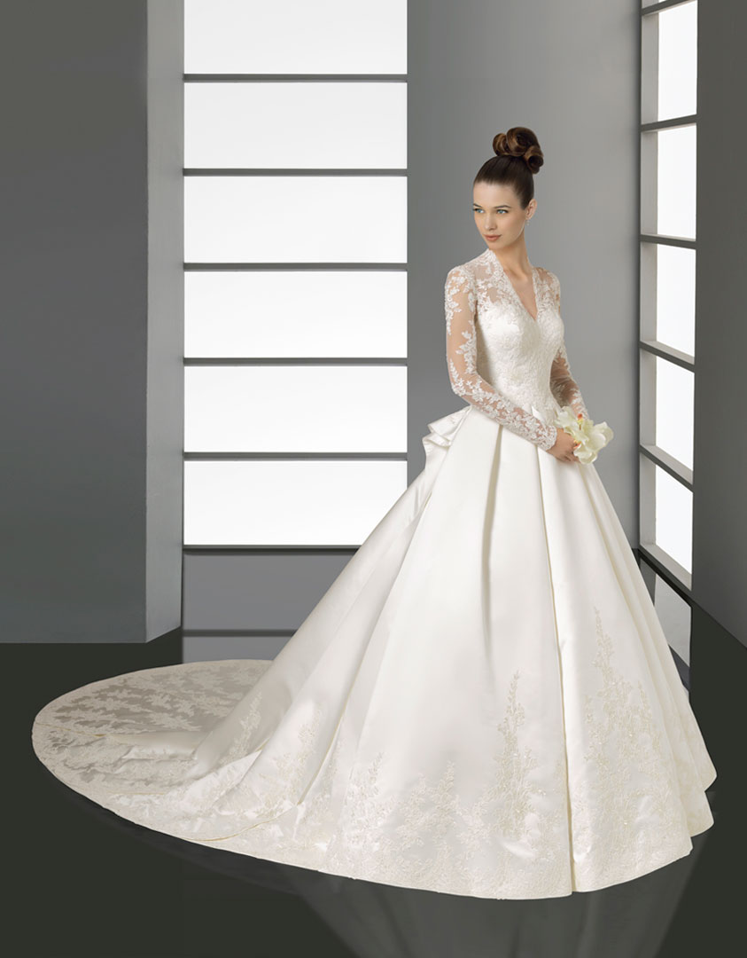 Real Sample! Ivory V-neck Ball Gown Court Train Lace Bridal Wedding Dresses With Long Sleeves HL-700