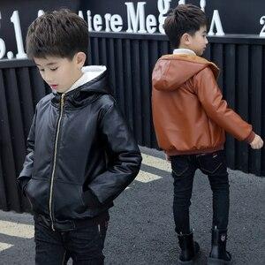 Image 1 - Chaqueta de piel con capucha para niños y niñas, chaqueta de cuero de motociclista con cremallera, forro polar cálido para invierno, prendas de vestir exteriores para adolescentes, 6, 9, 10, 11 y 12 años
