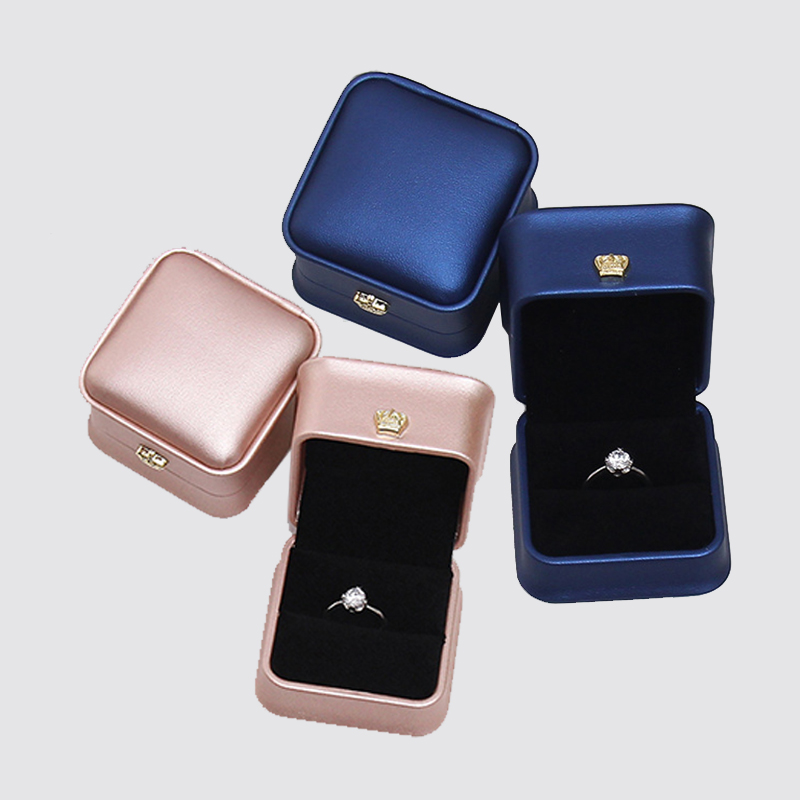 PU Leather Ring Jewelry Organizer Box With Crown Clasp Exquisite European Style Wedding Ceremony Jewellery Packaging Storage Box