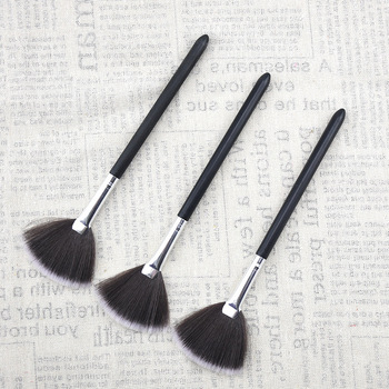 1Pcs Makeup Brushes Fan Brush Women Make Up Black Makeup Brushes Foundation concealing Synthetic Hair Tapered Highlighter Brush 1