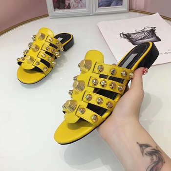 2019 Gold Studded Slippers Women Peep Toe Black Red Real Leather Screw Rivet Flat Shoes Woman Chic Design Gladiator Sandals 2