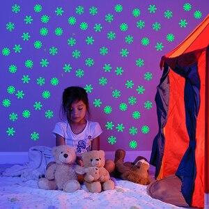 Image 3 - 50 sztuk 3D Snowflake Luminous naklejka ścienna fluorescencyjny blask w ciemności naklejka dla Homw dzieci pokój sypialnia boże narodzenie wystrój