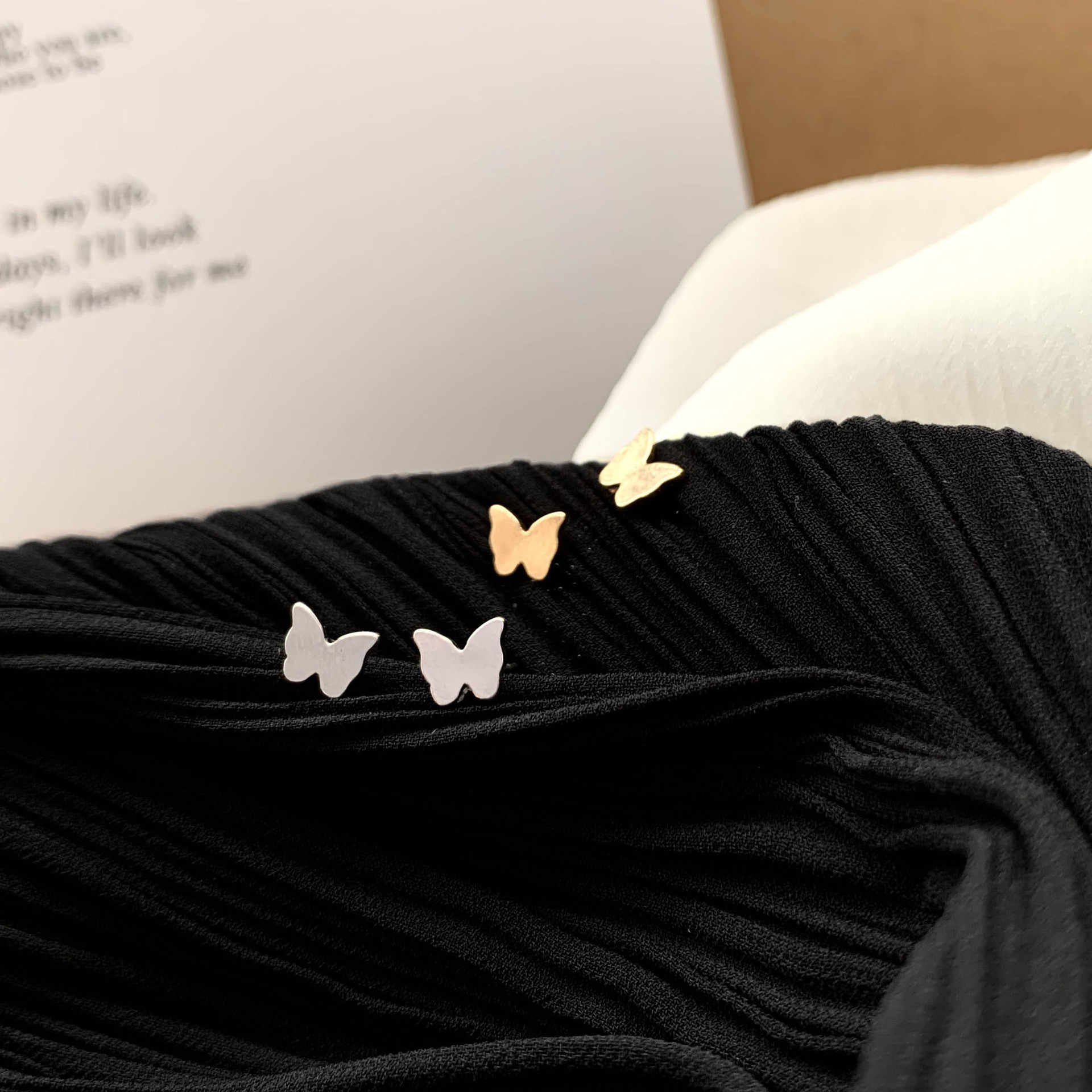 日本韓国気質シンプルなミニマ中空アウトハート素敵な小さなスタッドのイヤリング女性のファッションジュエリーアクセサリー