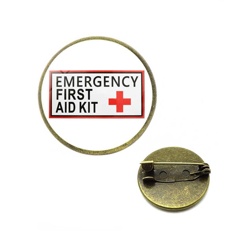 Czerwony krzyż Symbol broszki Safurance pierwsza pomoc szpilki winylowe wodoodporne znaki bezpieczeństwo zdrowotne zestawy awaryjne ostrzeżenie biżuteria