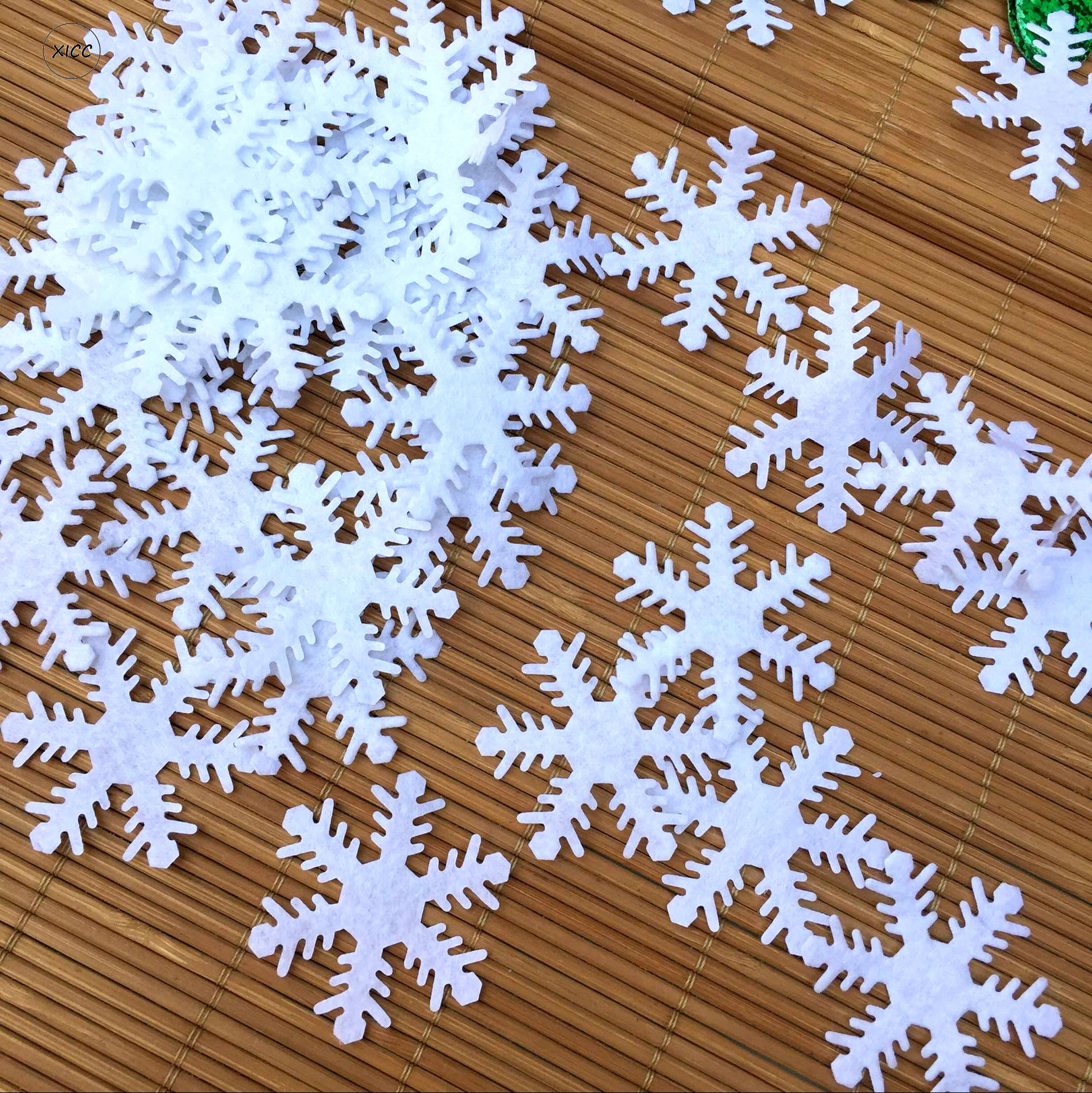 XICC 100pcs Polyester Christmas Snowflake Wool Felt Party White Nonwoven Patches 4cm Applique Sticker For DIY Scrapbooking Craft