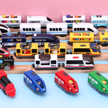 O trem bonde das crianças brinca o entalhe magnético diecast a estrada de ferro elétrica com duas carruagens treina o brinquedo de madeira cabido t-hmas trilhas de brio de madeira