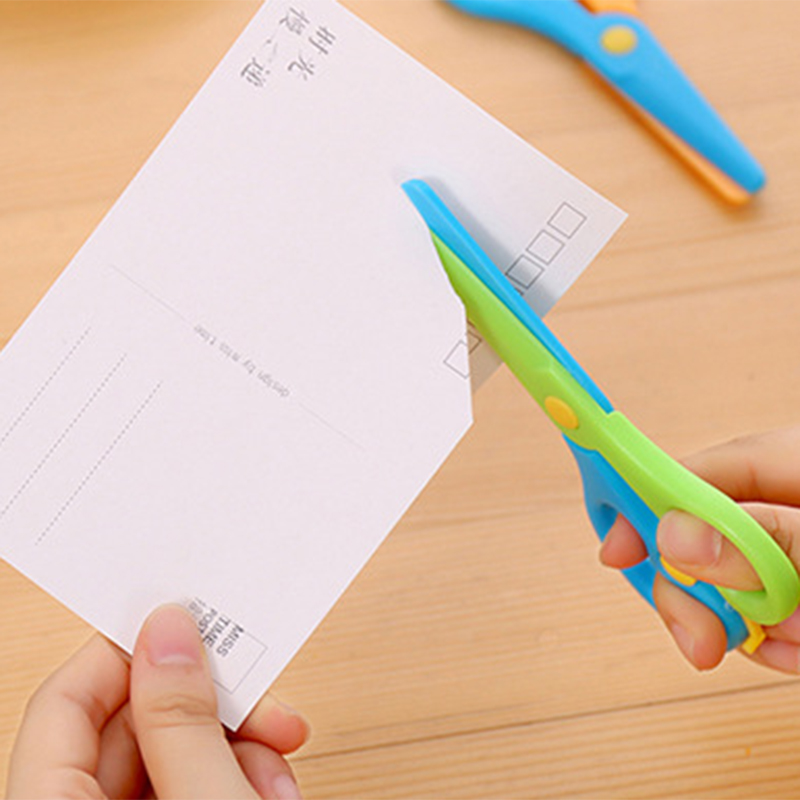 1 Pcs New  137mm Mini Safety Round Head Plastic Scissors Student Kids Paper Cutting Minions Supplies For Kindergarten School
