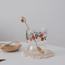 Copo de leite fresco pequeno de vidro de morango pequeno retro copo de café copo de água