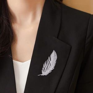 Trendy Peacock Feather Pearl Crystal Korean Suit Collar Pins and Brooches for Women Men Lapel Pin Broches Broach Jewelry