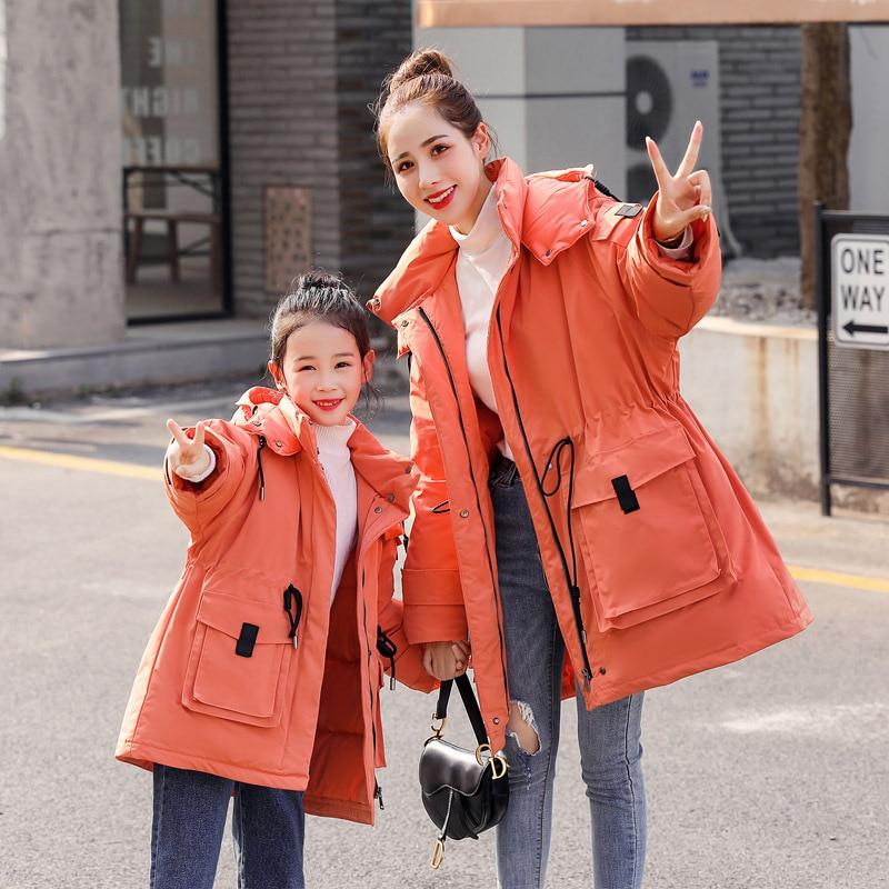 WLG/Семейные комплекты для мамы и дочки; цвет бежевый, оранжевый; Длинные Стильные пальто на 80% белом утином пуху; плотная теплая одежда