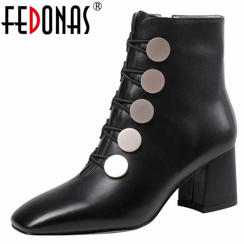 FEDONAS Kadın Kaliteli Hakiki Deri kısa çizmeler 2020 Kış Zarif Kadın yarım çizmeler Metal Dekorasyon dans ayakkabıları Kadın
