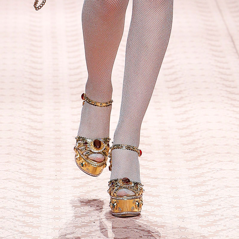 Золото изогнутые кожаный блочный каблук Стразы Украшенные босоножки на высоком каблуке; летняя дизайнерская женская обувь - 4