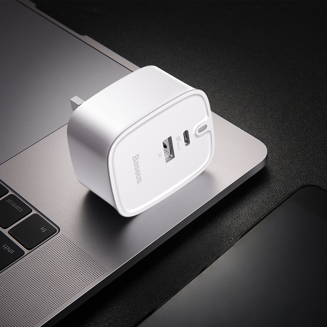 Quick Charge Travel Adapter with USB Phone Charger for UK Standard