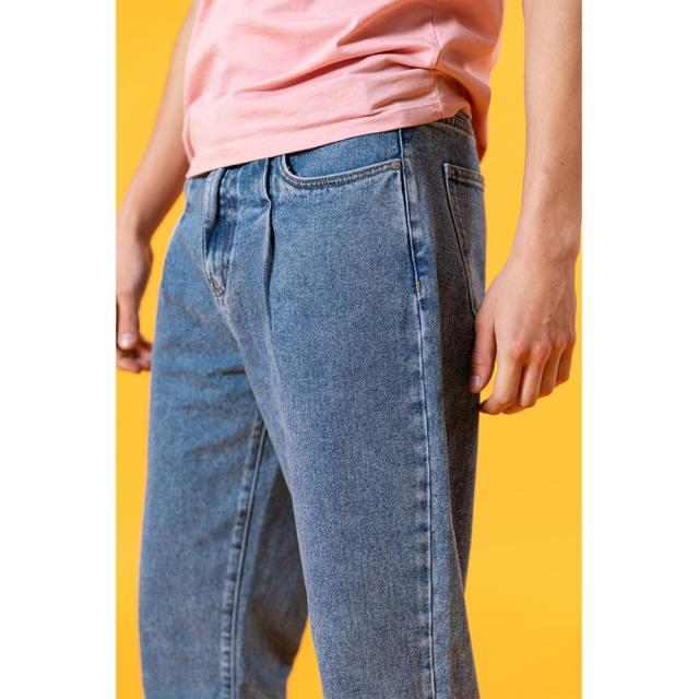Classic loose tapered jeans for summer