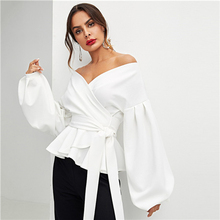 สีขาว Office Lady Elegant โคมไฟ Surplice Peplum ปิดไหล่ของแข็งเสื้อฤดูใบไม้ร่วงผู้หญิงเซ็กซี่เสื้อและเสื้อ