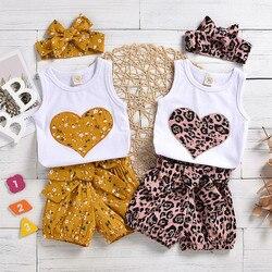 Комплект летней одежды для новорожденных девочек, Модный комплект с принтом сердца для девочек, топ, шорты с бантом, повязка на голову, компл...