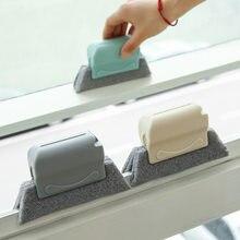Uma pequena escova usada para limpar os sulcos de portas e janelas