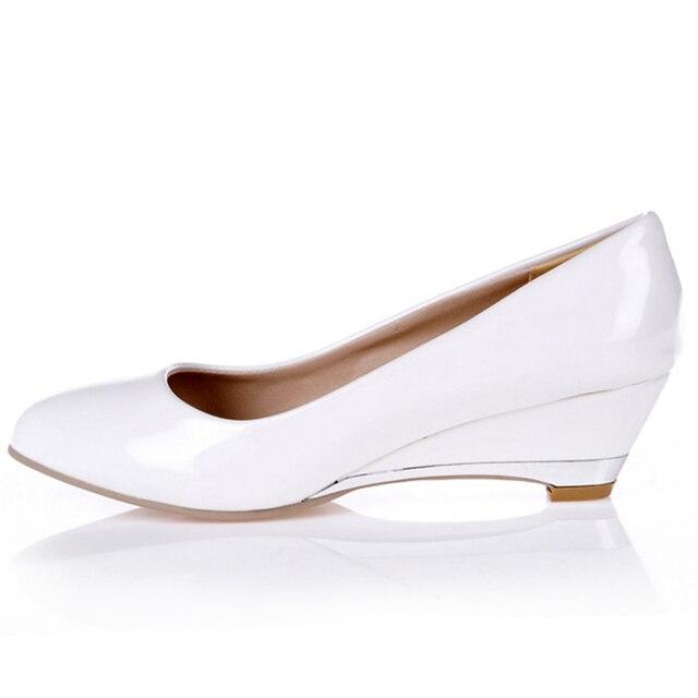 カジュアル女性のためのファッションは、低かかと赤白クラシックパンプスパーティー結婚式オフィス靴女性大サイズ45 48