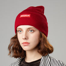 Вязаная зимняя шапка женская с вышивкой мягкая теплая для взрослых