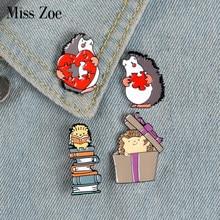 Egel Liefhebbers Emaille Pin Boeken Gift Liefde Puzzels Broche Bag Kleding Revers Pin Badge Fun Dier Sieraden Gift Kids Vrienden