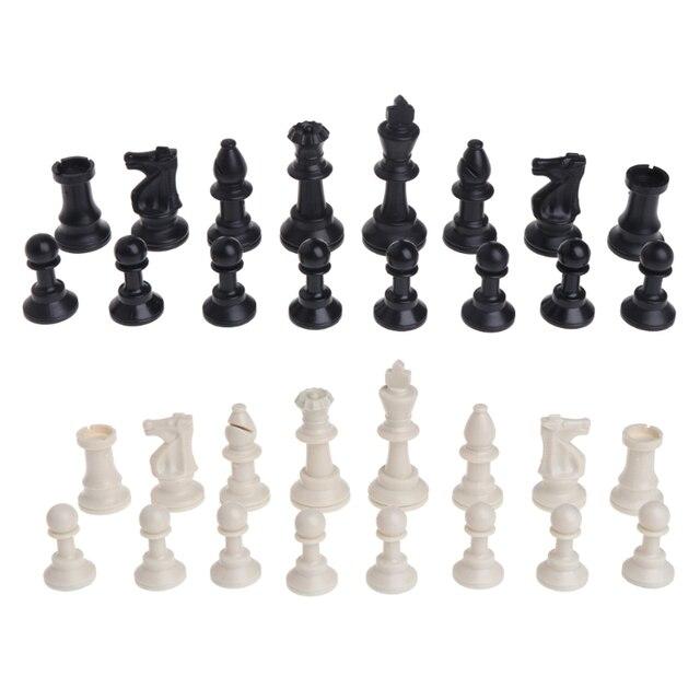 Pièces d'échecs médiévales en plastique complet 2
