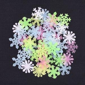 Image 4 - 50 sztuk 3D Snowflake Luminous naklejka ścienna fluorescencyjny blask w ciemności naklejka dla Homw dzieci pokój sypialnia boże narodzenie wystrój