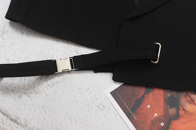 [EAM] Women Loose Fit Black Irregular Bandage Short Vest New V-collar Sleeveless Fashion Tide Spring Summer 2021 1DE0596 6