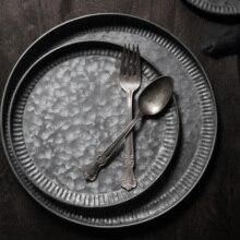 레트로 플레이트 세트 레트로 멋진 철 세트 트레이 디저트 케이크 과일 플레이트 홈 인테리어 다크 톤 음식 사진 법안