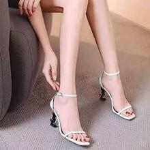 2021 novos sapatos femininos de salto alto, cabeça carta, design europeu, couro de patente francês de salto fino, sandálias ys