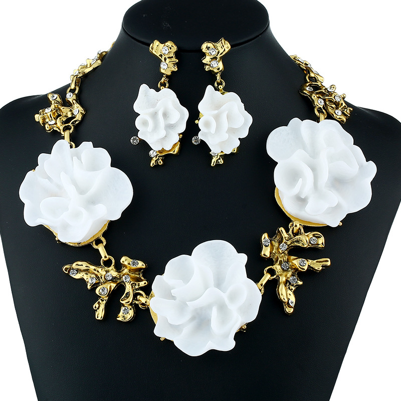 Fashion Jewelry Bright Camellia Dotted Crystal Necklace Earrings Exquisite Fashion Jewelry Prestige Holy Lady Jewelry