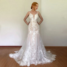 Настоящее свадебное платье с поясом без рукавов открытой спиной