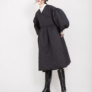 Image 2 - Женское пальто с V образным вырезом EAM, черное Свободное пальто с хлопковой подкладкой и рукавами фонариками, весна осень 2020 1D700