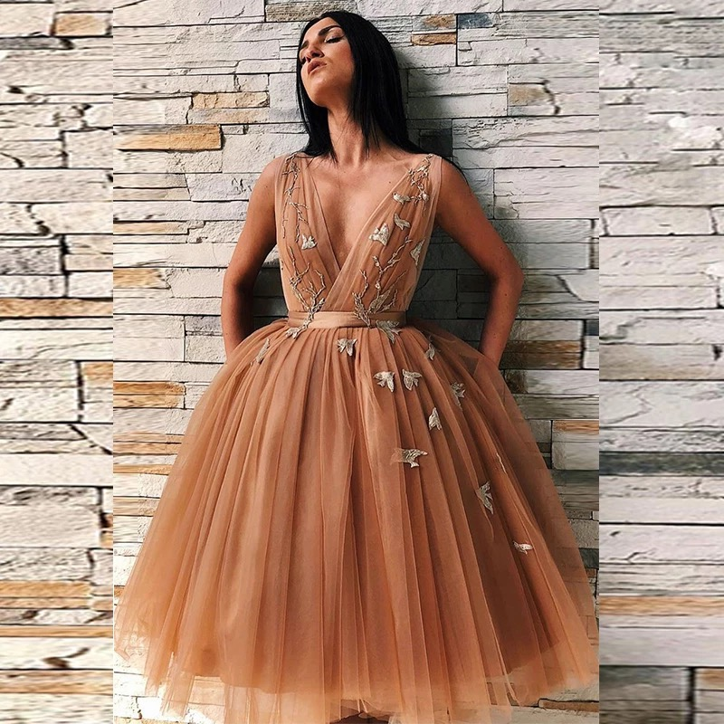 Charming V-Neck Homecoming Dress 2021 A-Line Knee Length Appliques Pleat Sleeveless Blackless Short Party Prom Gown Tulle платье