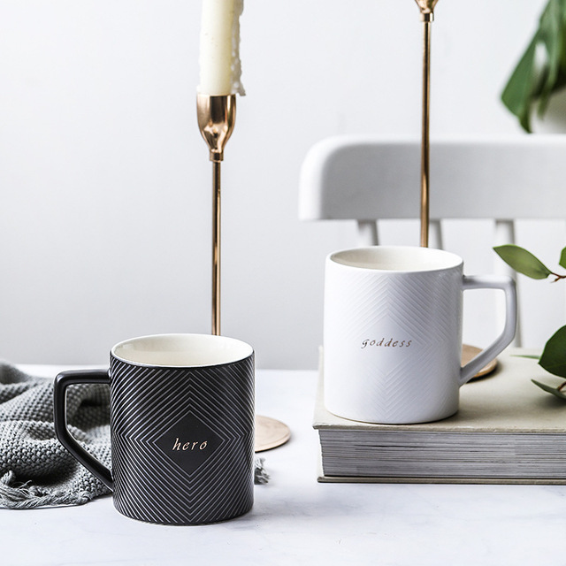 черно белая кофейная кружка или чайная чашка для свадебного фотография
